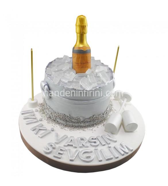Buz Kovasında Şampanya Pastası